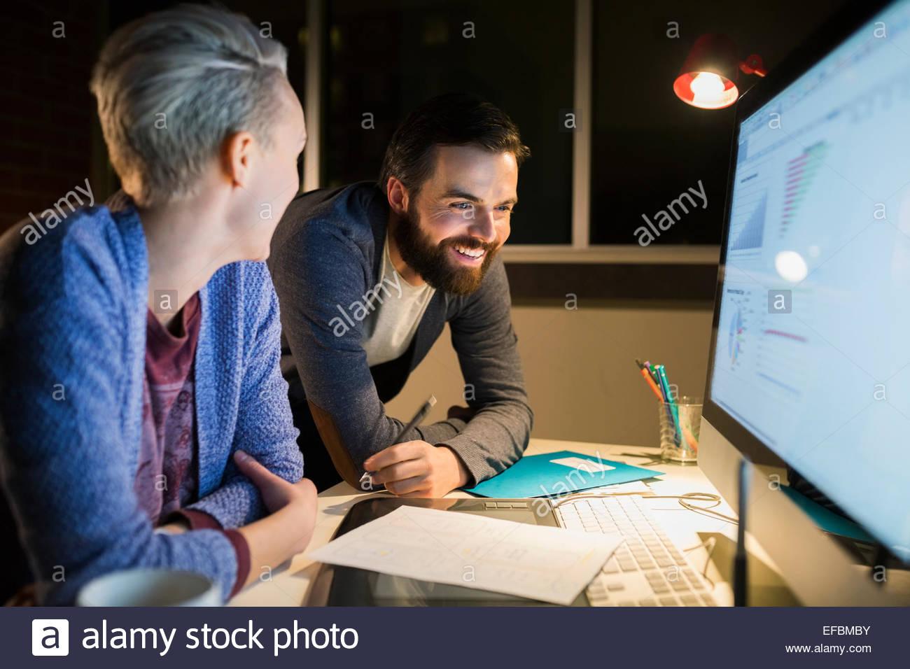 Diseñadores gráficos trabajando tarde en equipo en Office Imagen De Stock