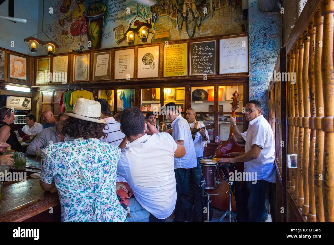 Cuba La Habana Vieja La Habana Vieja La Bodeguita Del Medio Restaurante Legendario Bar De Ernest Hemingway Fama Bebedores Hijo Band Fotografía De Stock Alamy