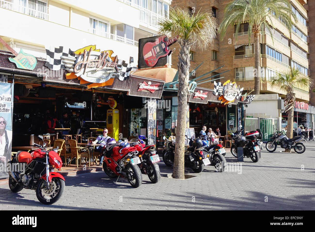 Benidorm, Costa Blanca, España motos fuera heartbreak hotel beach bar Imagen De Stock