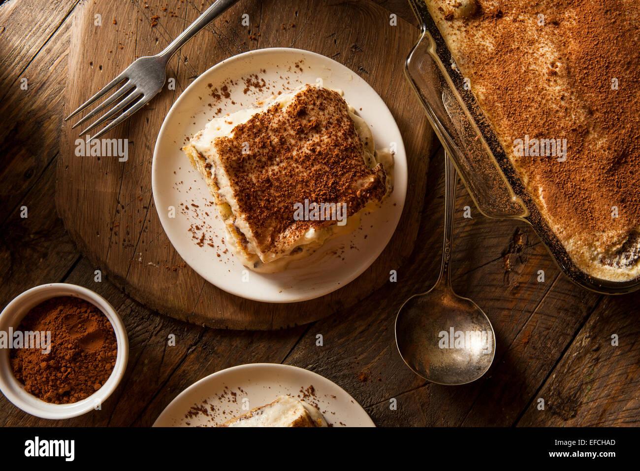 Tiramisú casero de postre con café y chocolate Imagen De Stock