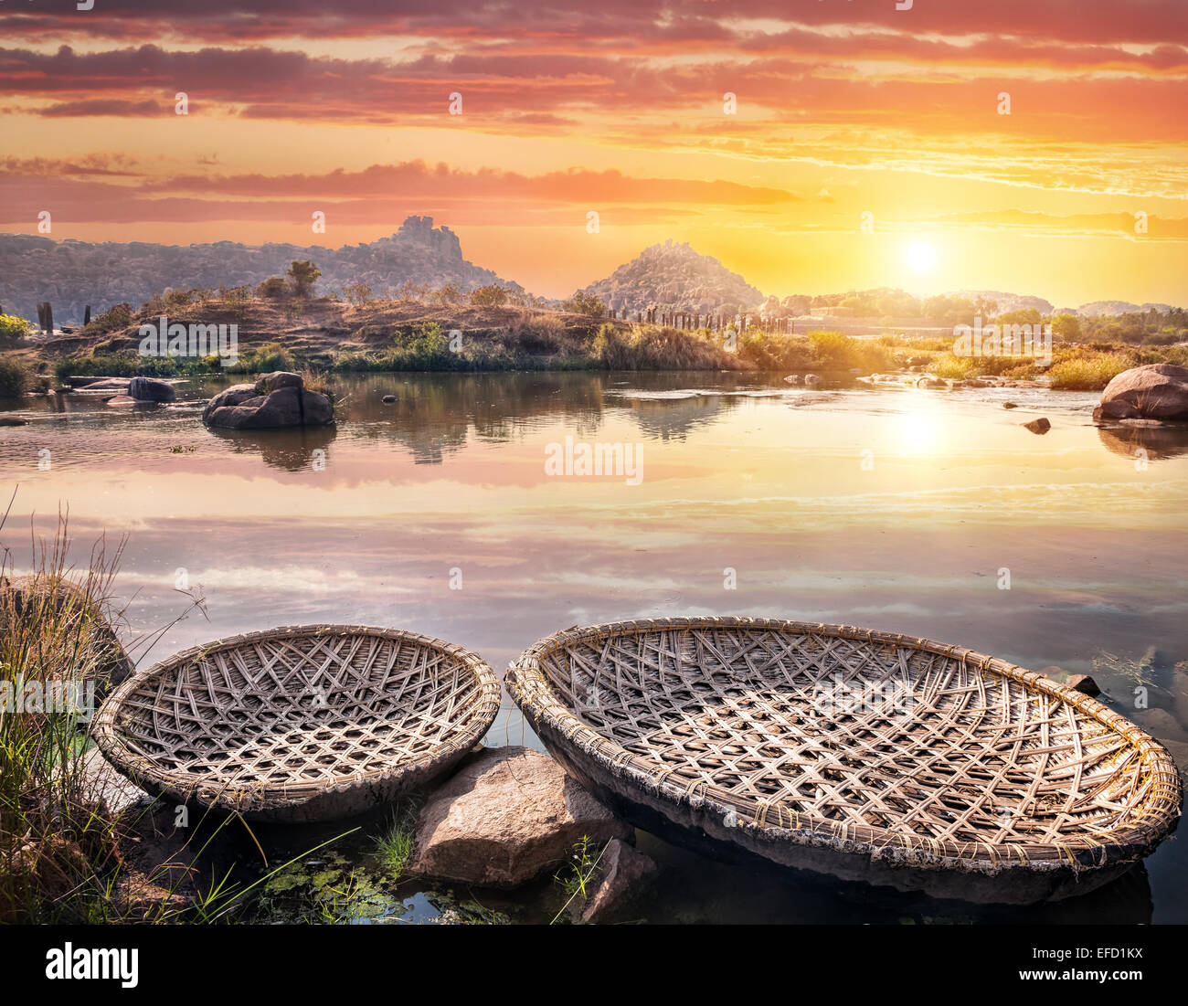 Forma redonda de botes en el río Tungabhadra en sunset sky en Hampi, Karnataka, India Imagen De Stock
