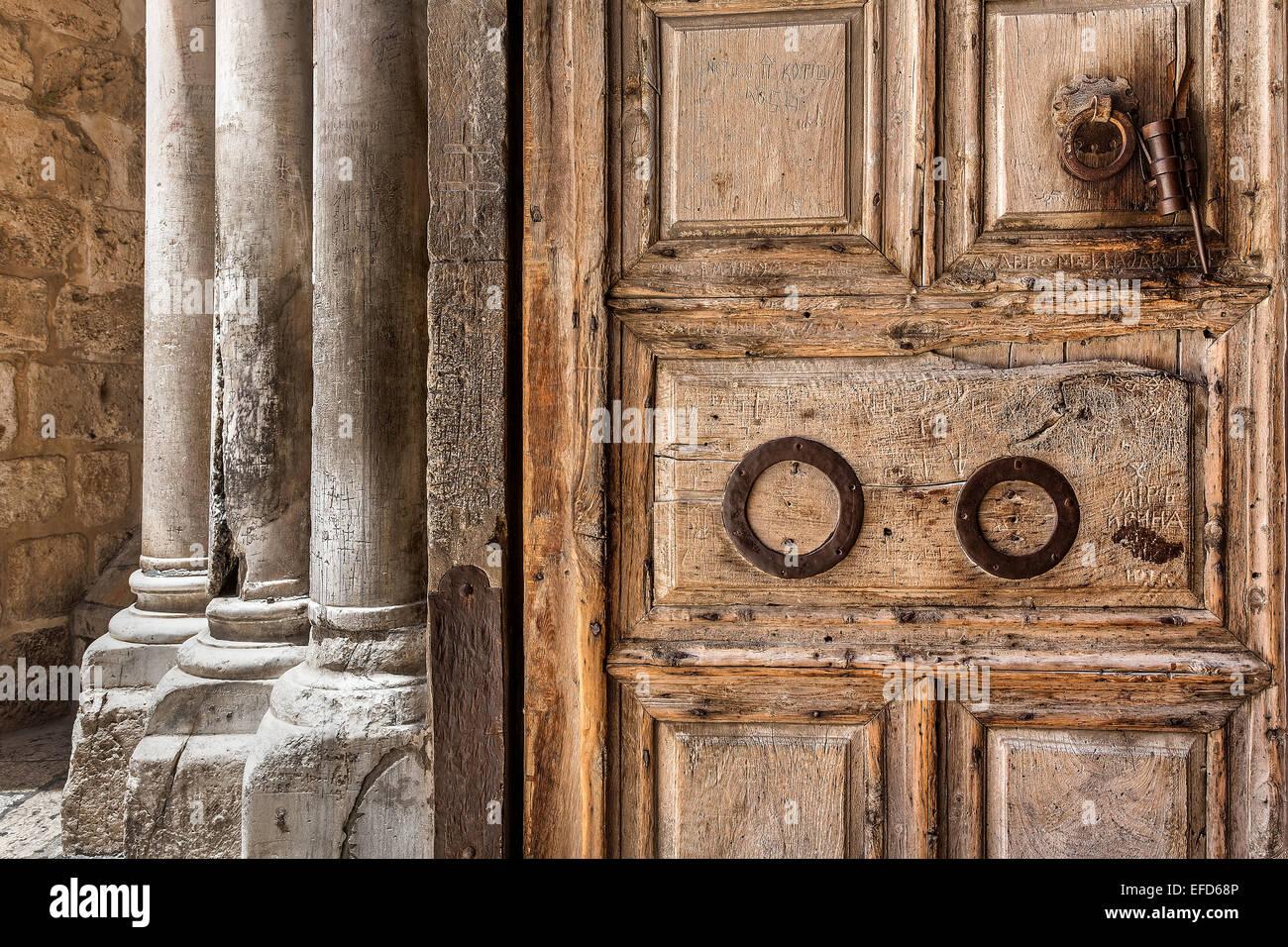 La antigua puerta de madera y pilares de mármol en la entrada a la Iglesia del Santo Sepulcro en Jerusalén, Imagen De Stock