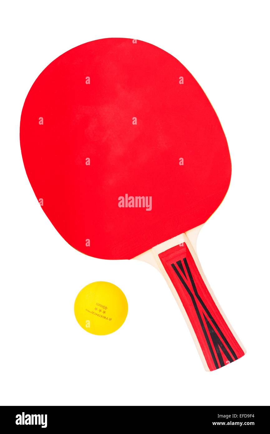 Un bate y una pelota de tenis de mesa sobre un fondo blanco. Imagen De Stock