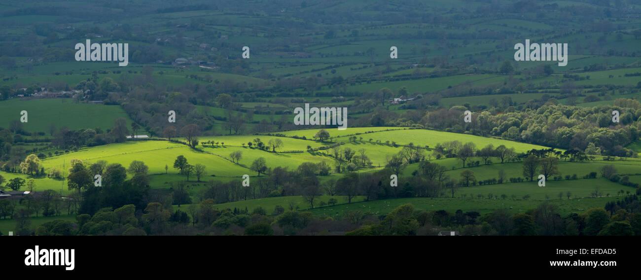 Sun sacando tierras de labranza, con vistas sobre el valle hacia Eden Lake District, de barras, Cumbria, Reino Unido Imagen De Stock