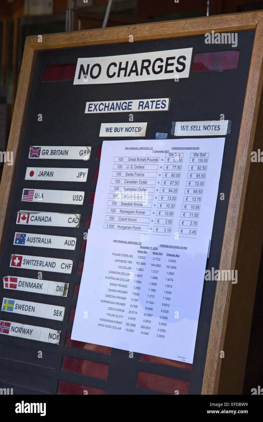 Los tipos de cambio aparece en el banco portada, Malta Foto de stock