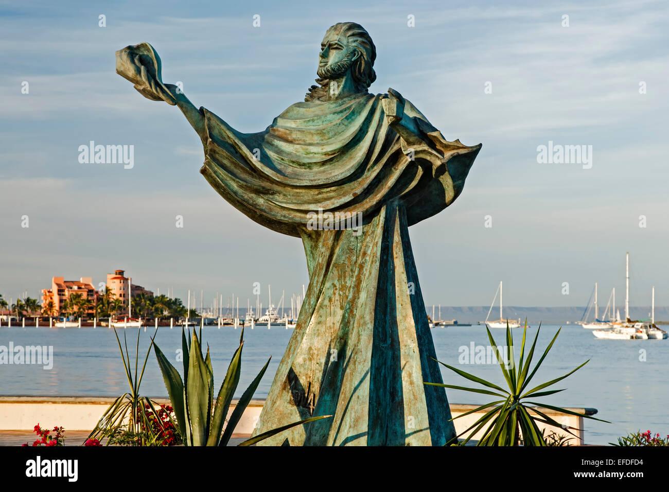 Escultura de persona sosteniendo una shell y Bahía, Malecón (paseo marítimo), La Paz, Baja California Imagen De Stock