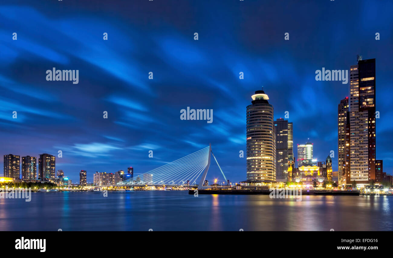 Horizonte de Rotterdam durante la hora azul. Con el puente Erasmus, Holland-America Line, Nueva Orleans y los edificios Imagen De Stock