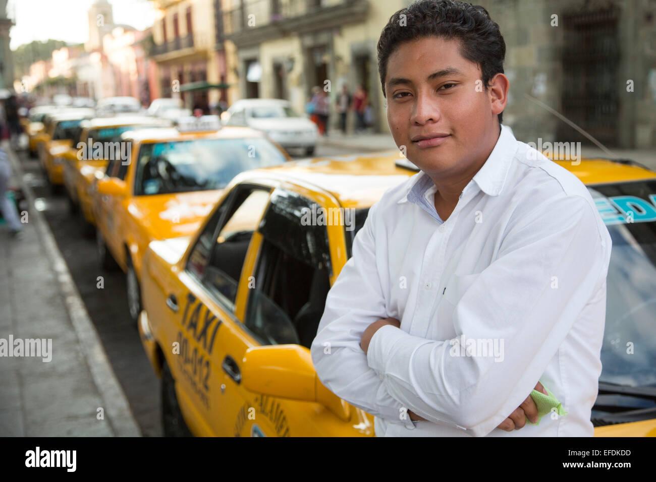 Oaxaca, México - un taxista espera a tarifas. Imagen De Stock