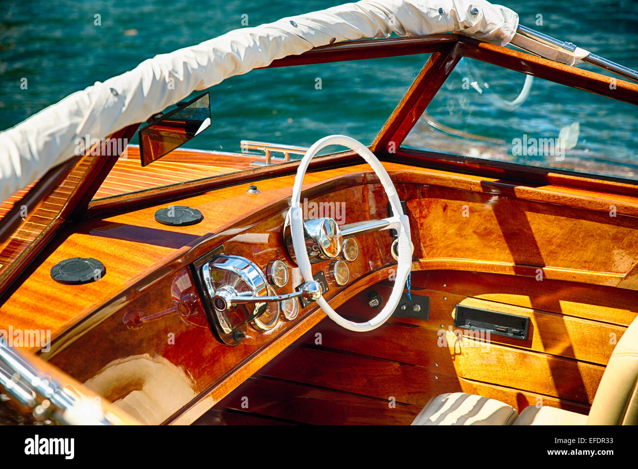 Lancha clásica el volante y los controles, el Lago de Como, Italia Imagen De Stock