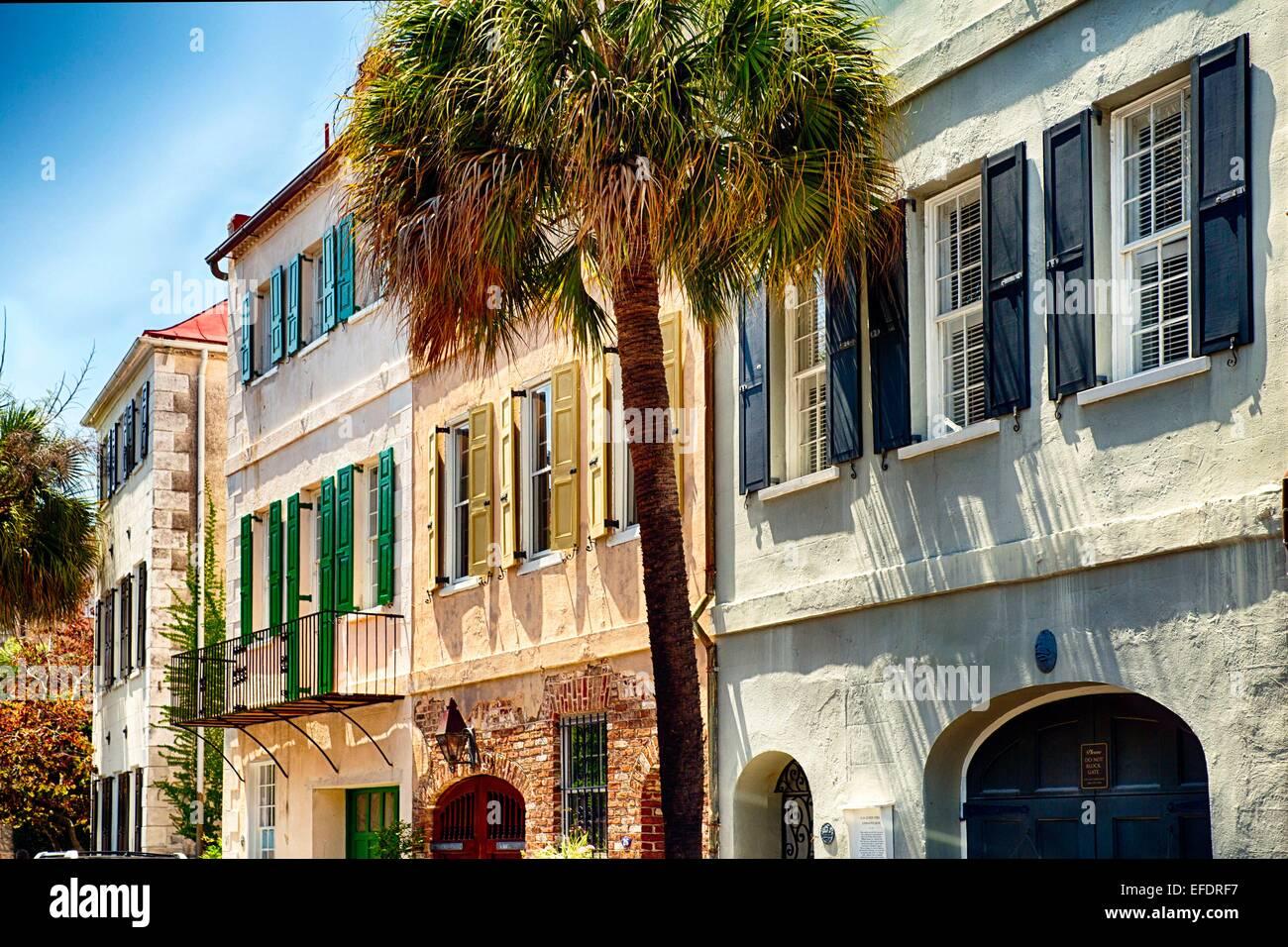 Ver el colorido de los exteriores de la casa en la calle Church, Charleston, Carolina del Sur, EE.UU. Foto de stock