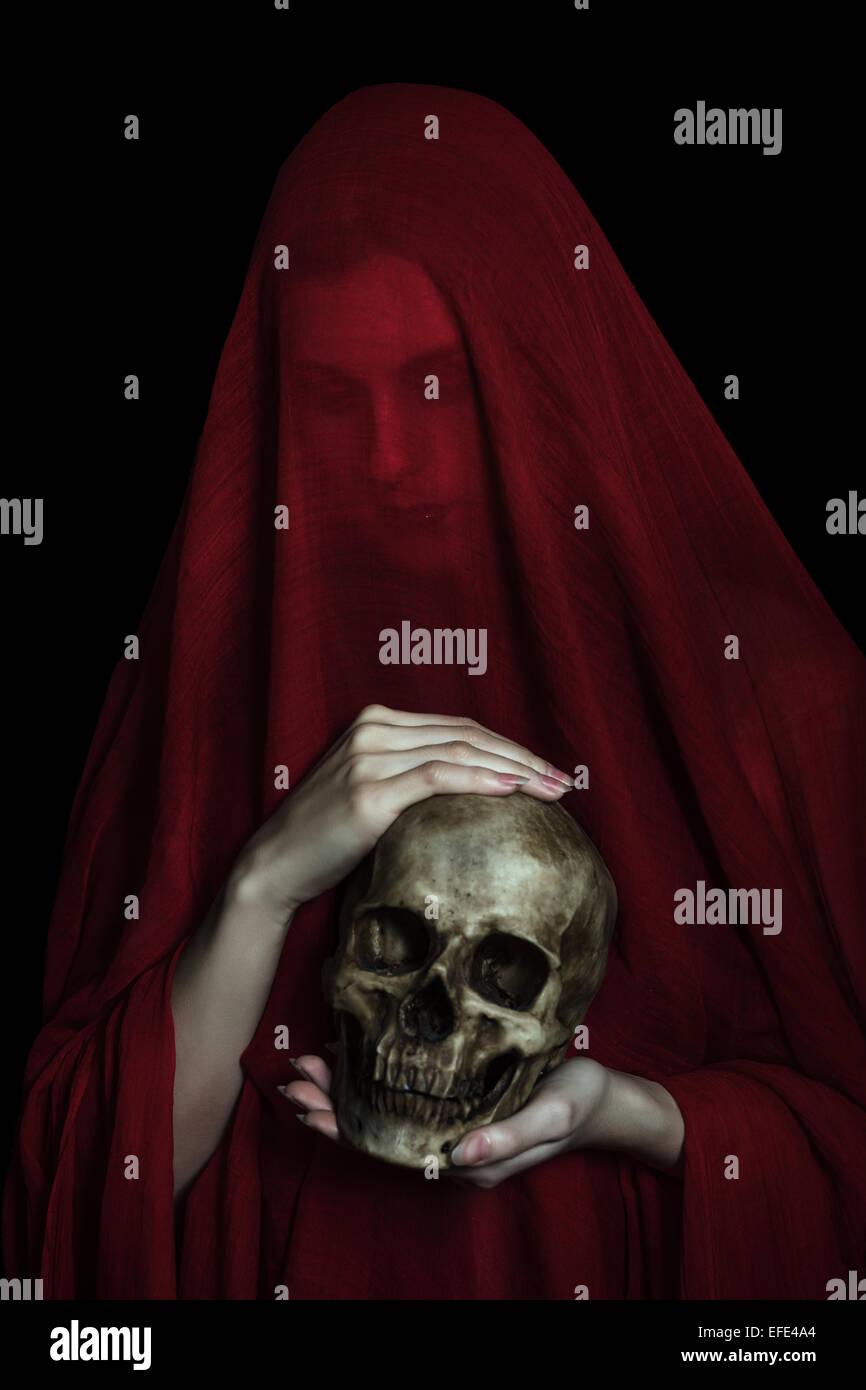 Chica posando con tela de color rojo. Concepto, abstracción Imagen De Stock