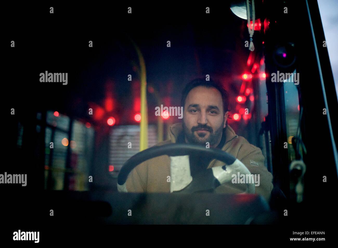Un conductor de autobús posa para un retrato en Estambul, Turquía Imagen De Stock