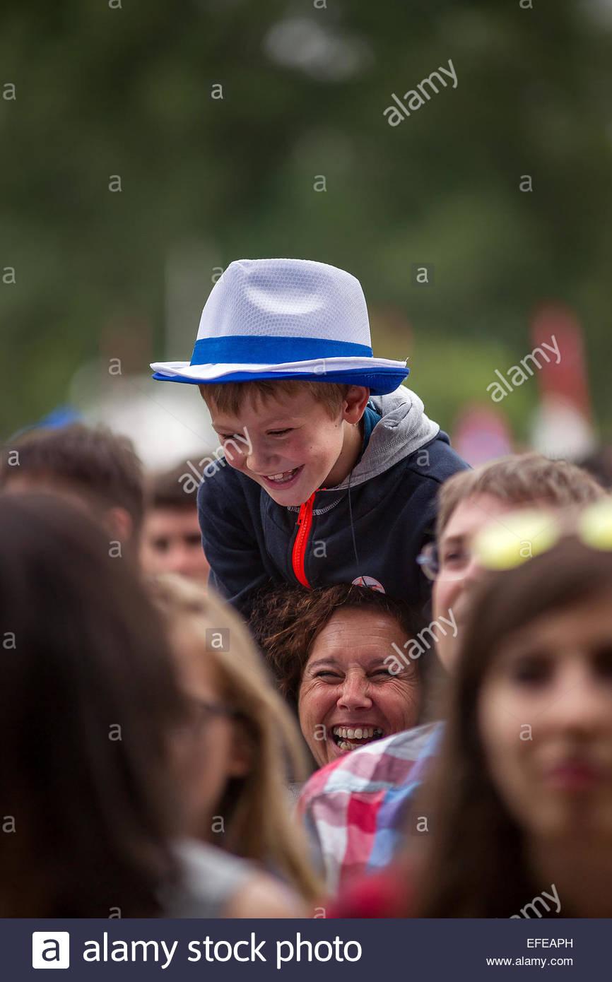 Nieto y abuela divirtiéndonos juntos Imagen De Stock