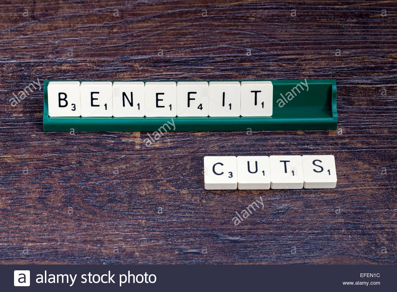 Recortes de prestaciones expuestas con letras de Scrabble Imagen De Stock