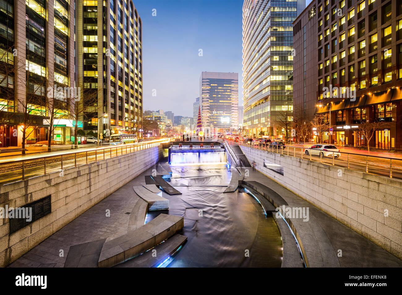 Seúl, Corea del Sur paisaje urbano en Arroyo Cheonggye durante el crepúsculo. Imagen De Stock