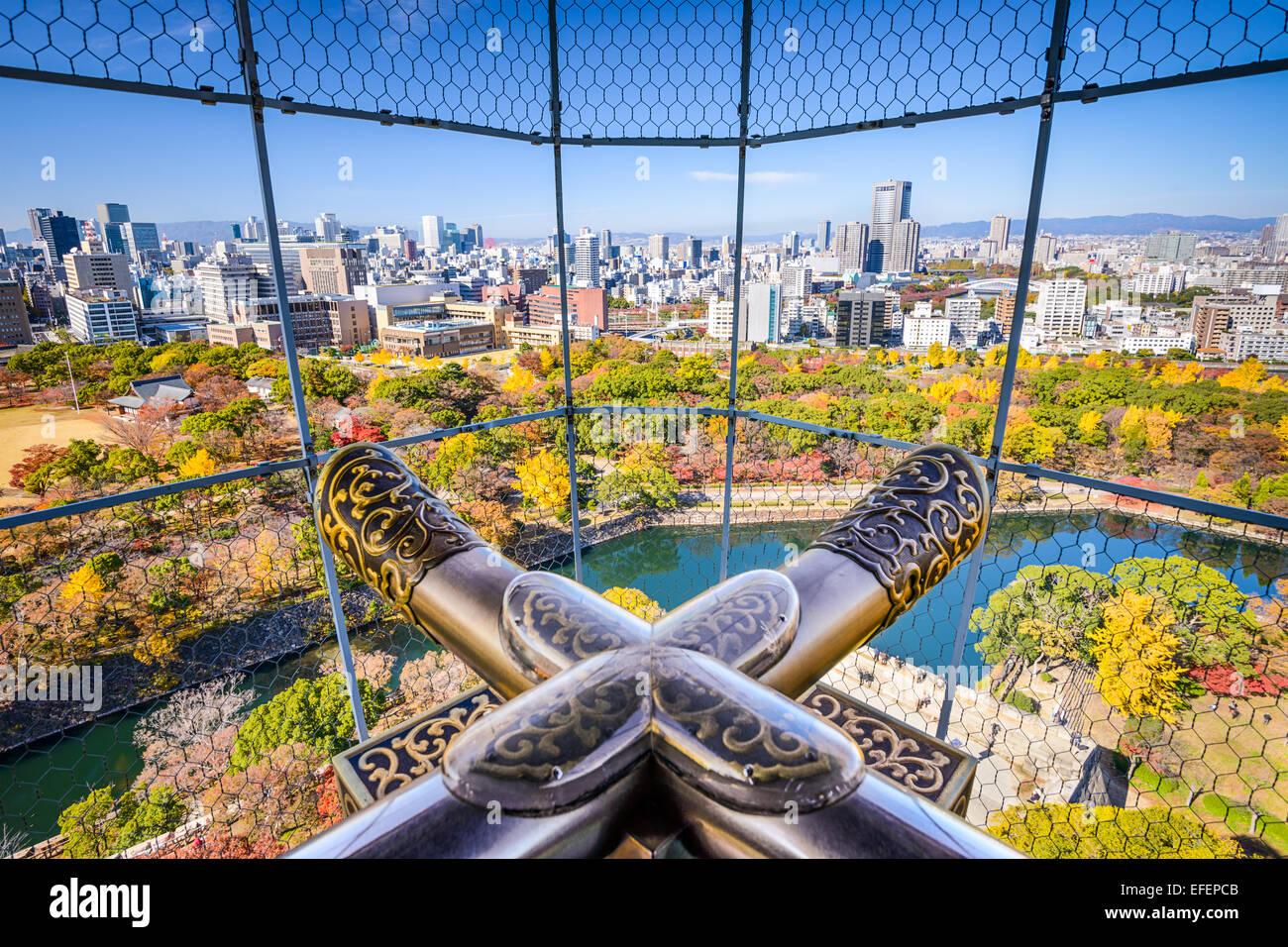 En Osaka, Japón, vista de la ciudad desde el castillo. Imagen De Stock
