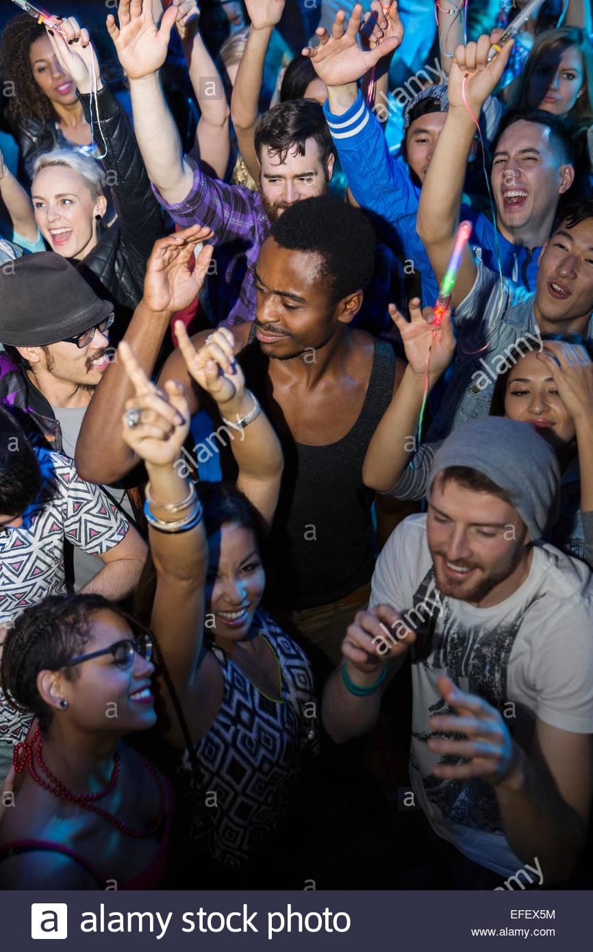 Multitud bailando en la discoteca dance floor Imagen De Stock