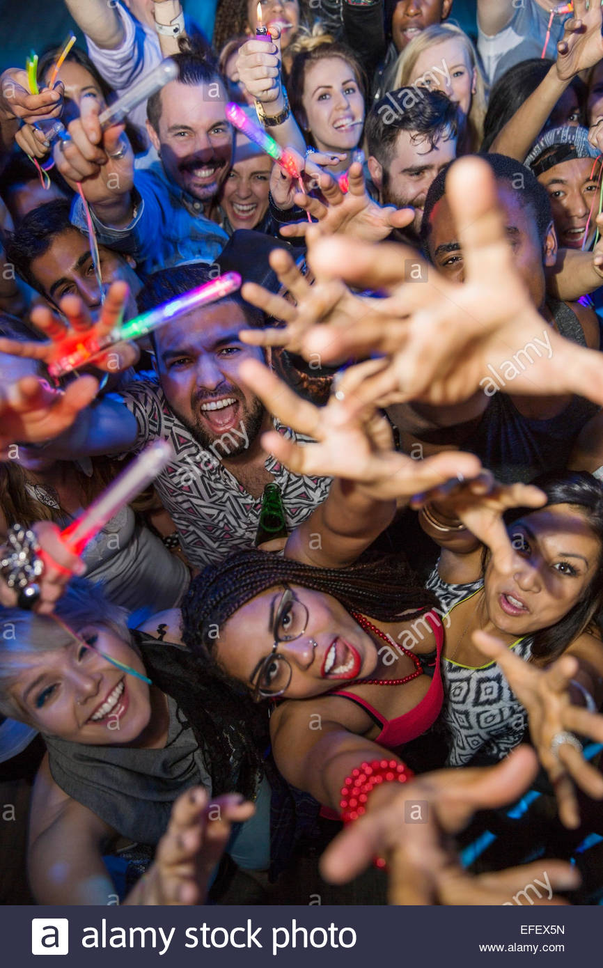Retrato de la multitud con los brazos levantados Imagen De Stock