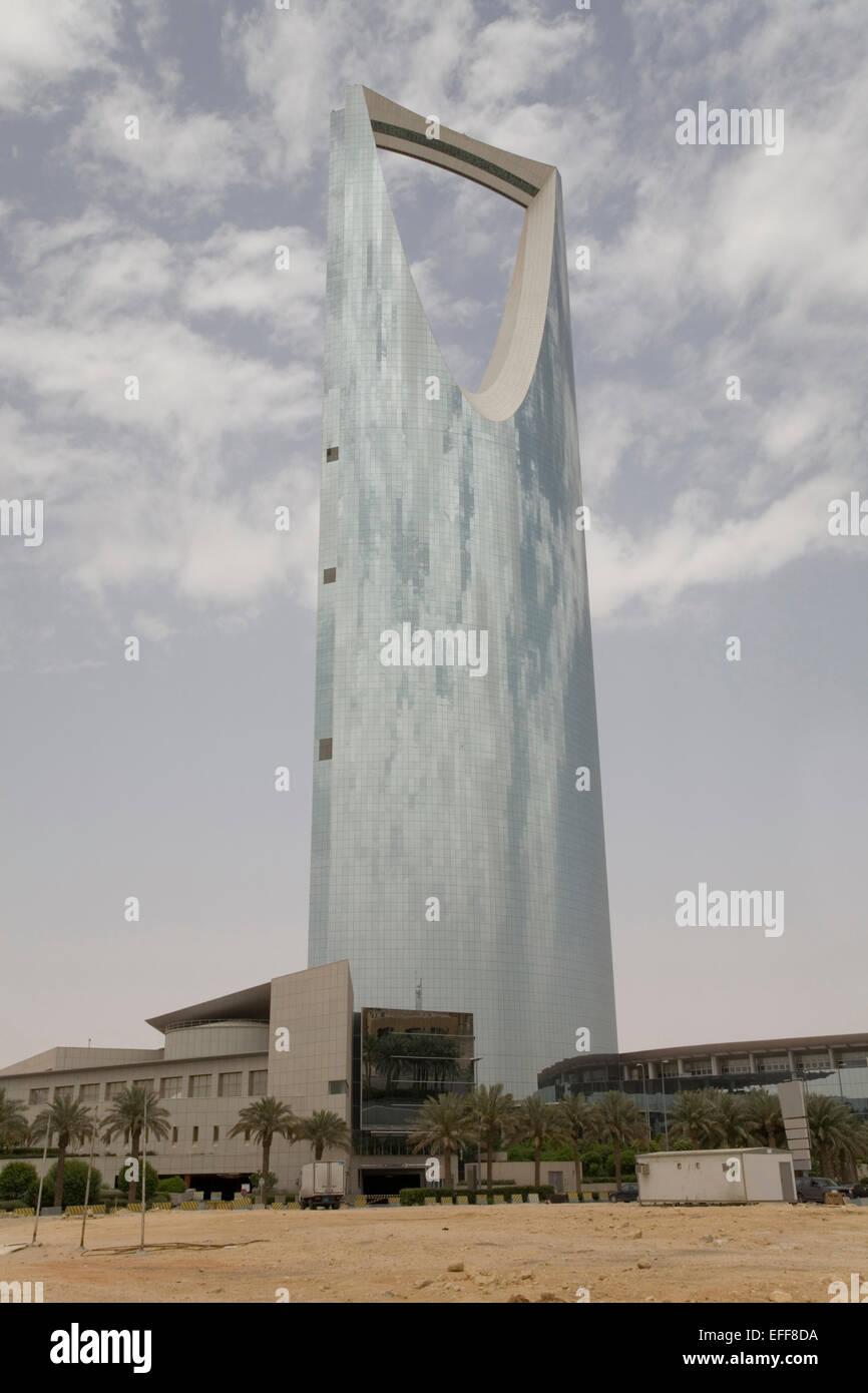 Torre del Reino de Arabia Saudita Riad - impresionante arquitectura de vidrio Imagen De Stock