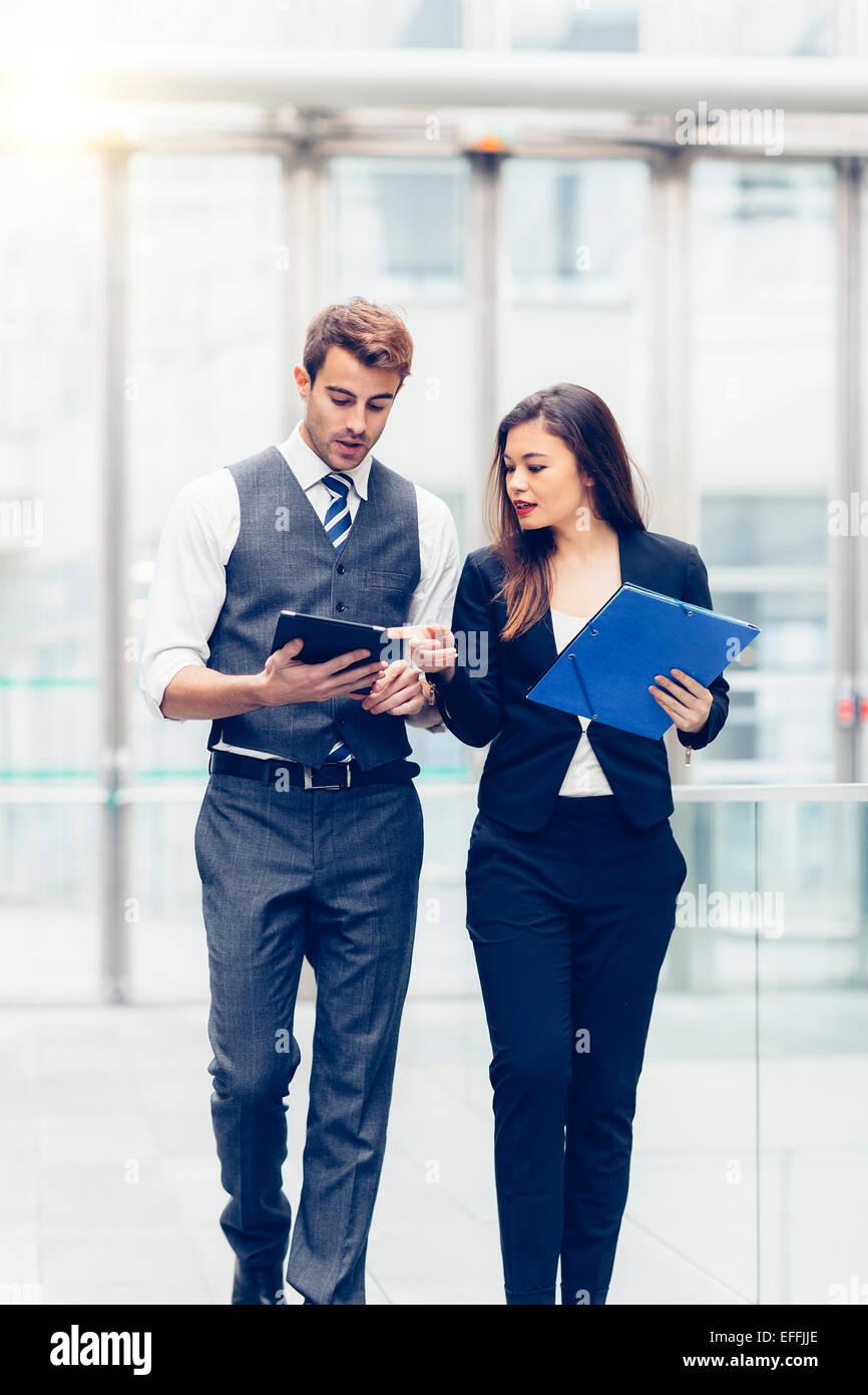 Gente de negocios reuniones y compartir ideas Imagen De Stock