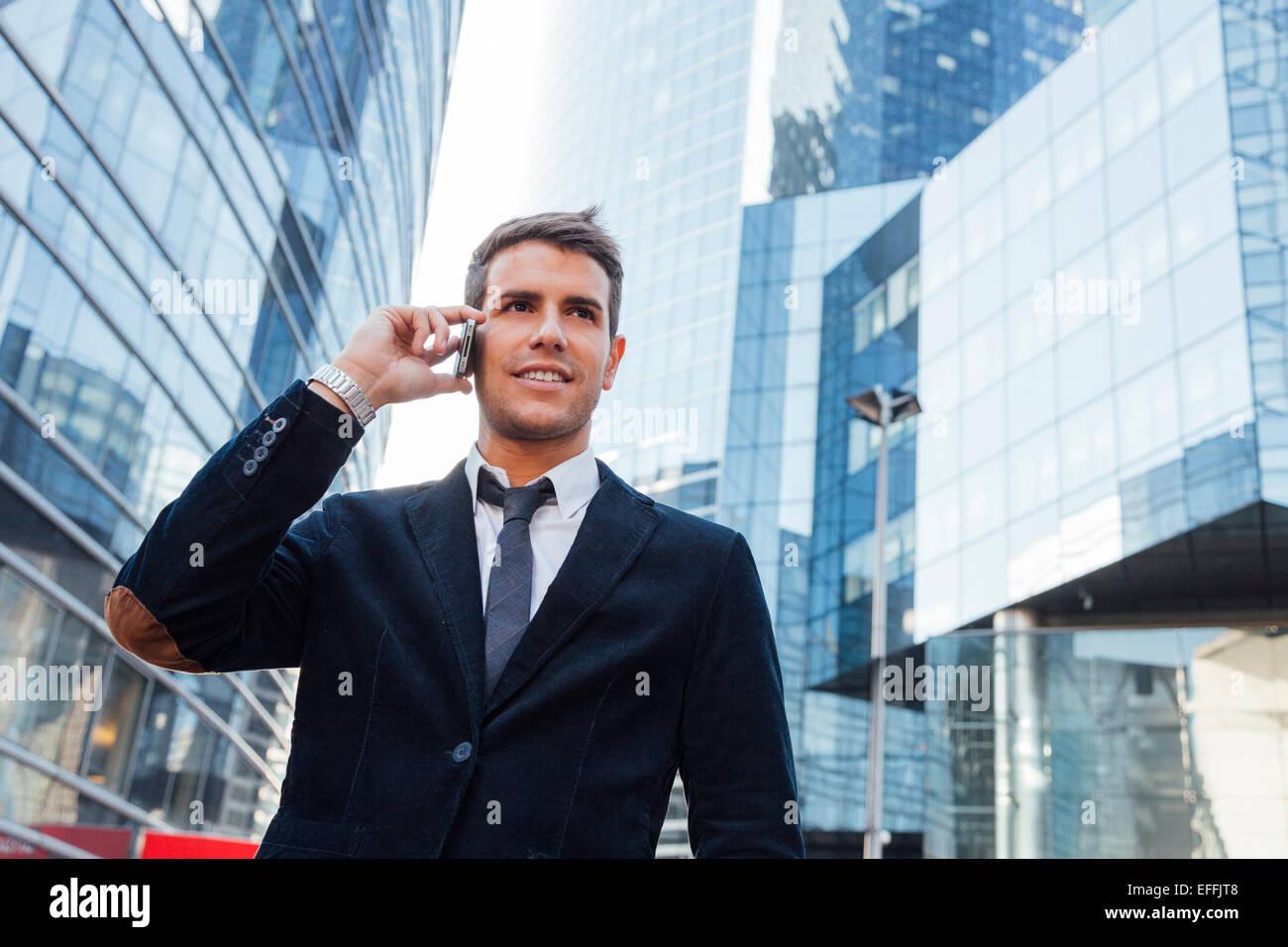 Empresario utilizando un teléfono móvil Imagen De Stock