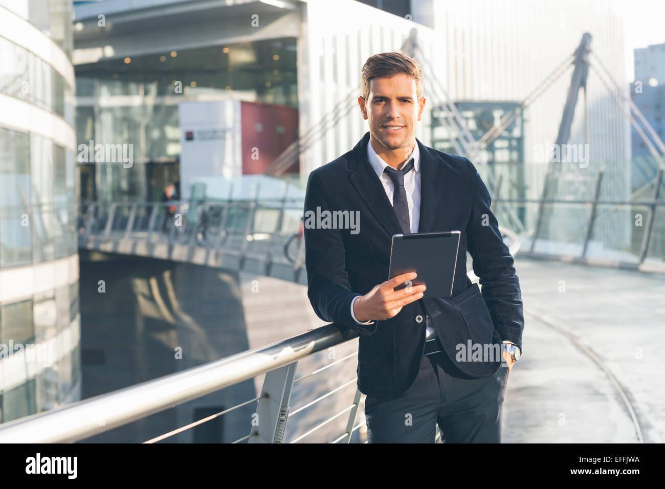 Empresario utilizando una tableta digital Imagen De Stock