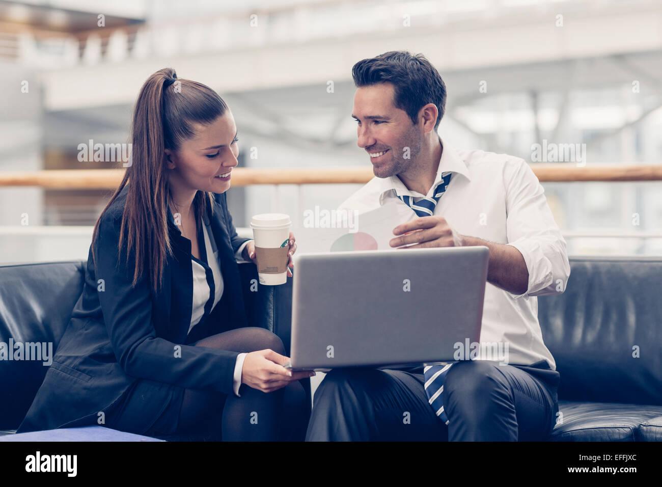Los empresarios reunidos en la oficina Imagen De Stock