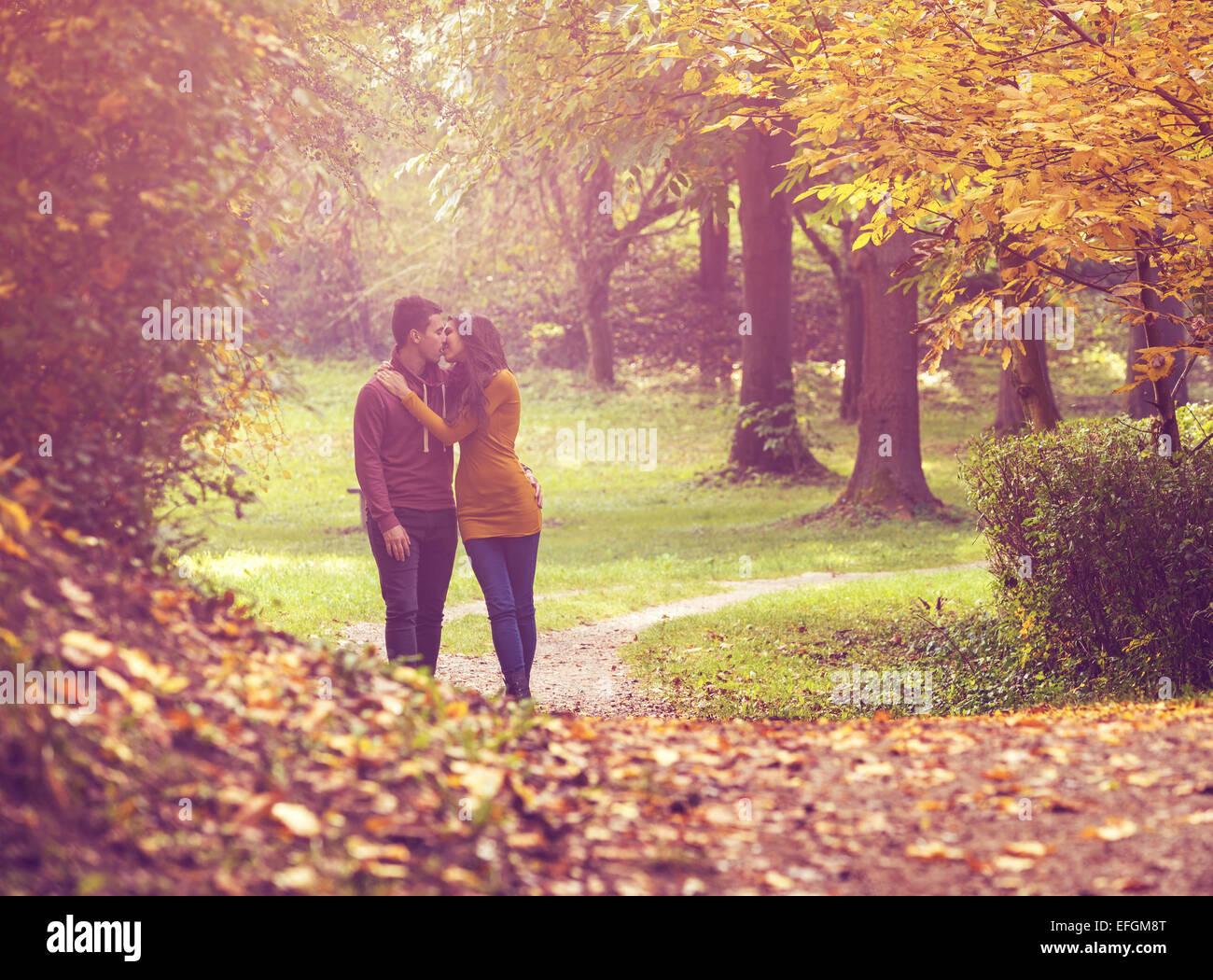 Amor pareja caminando en el bosque de otoño colorido Foto de stock