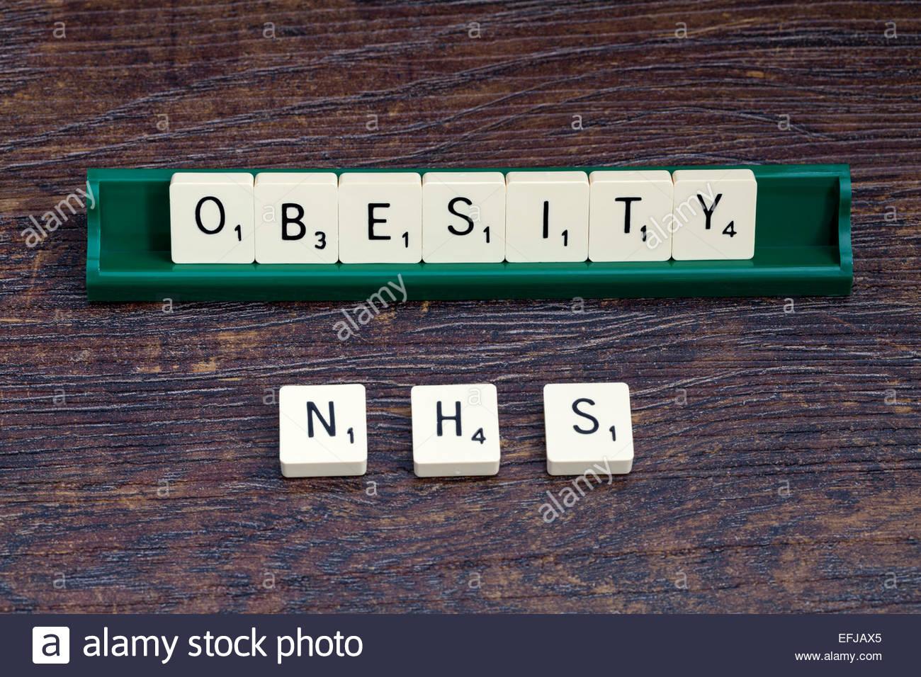 La obesidad y el NHS expuestas con letras de Scrabble Imagen De Stock