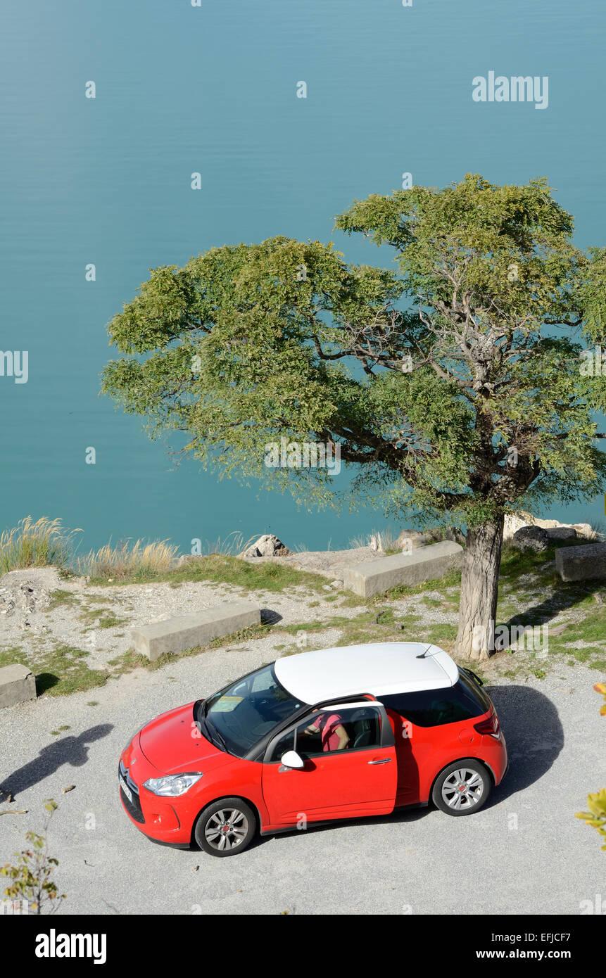 Rojo Austin Mini coche aparcado por el lago Castillon o depósito en el Parque Regional del río Verdon Imagen De Stock