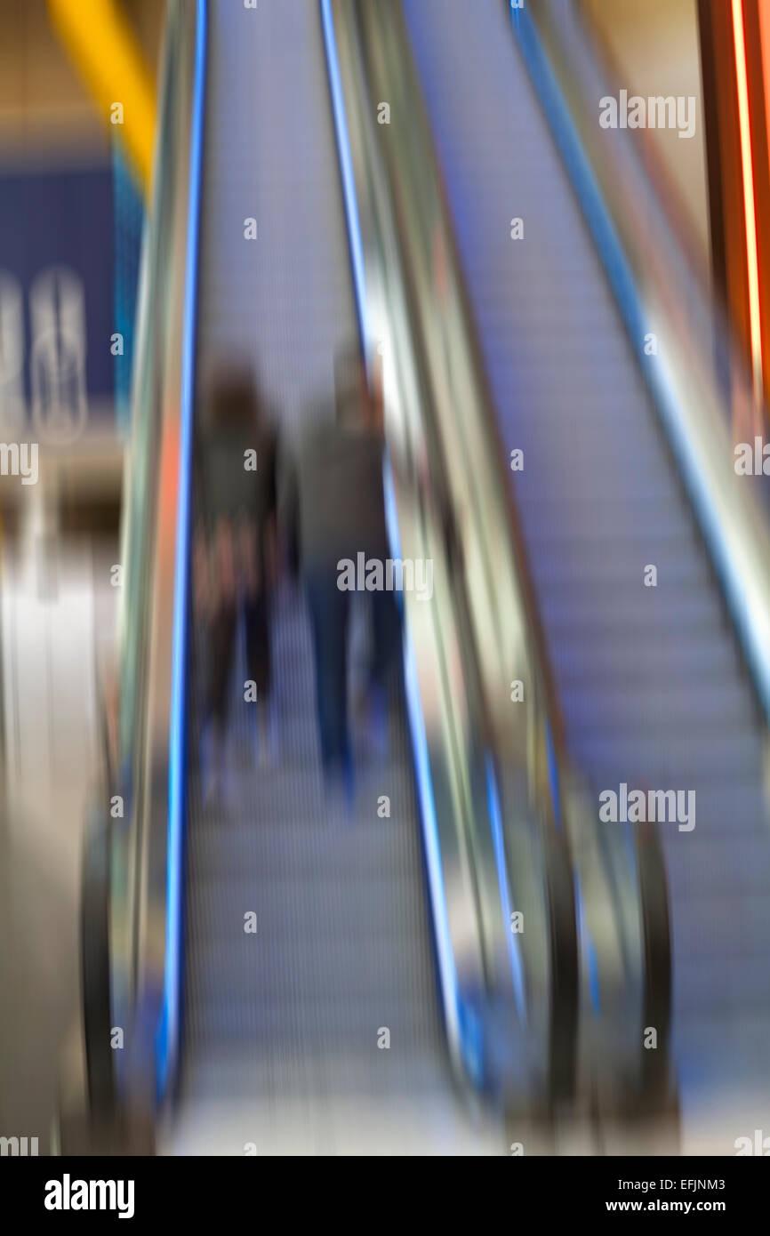 Desenfoque abstracto de la pareja subiendo escaleras en la península de O2, Square, Londres Imagen De Stock