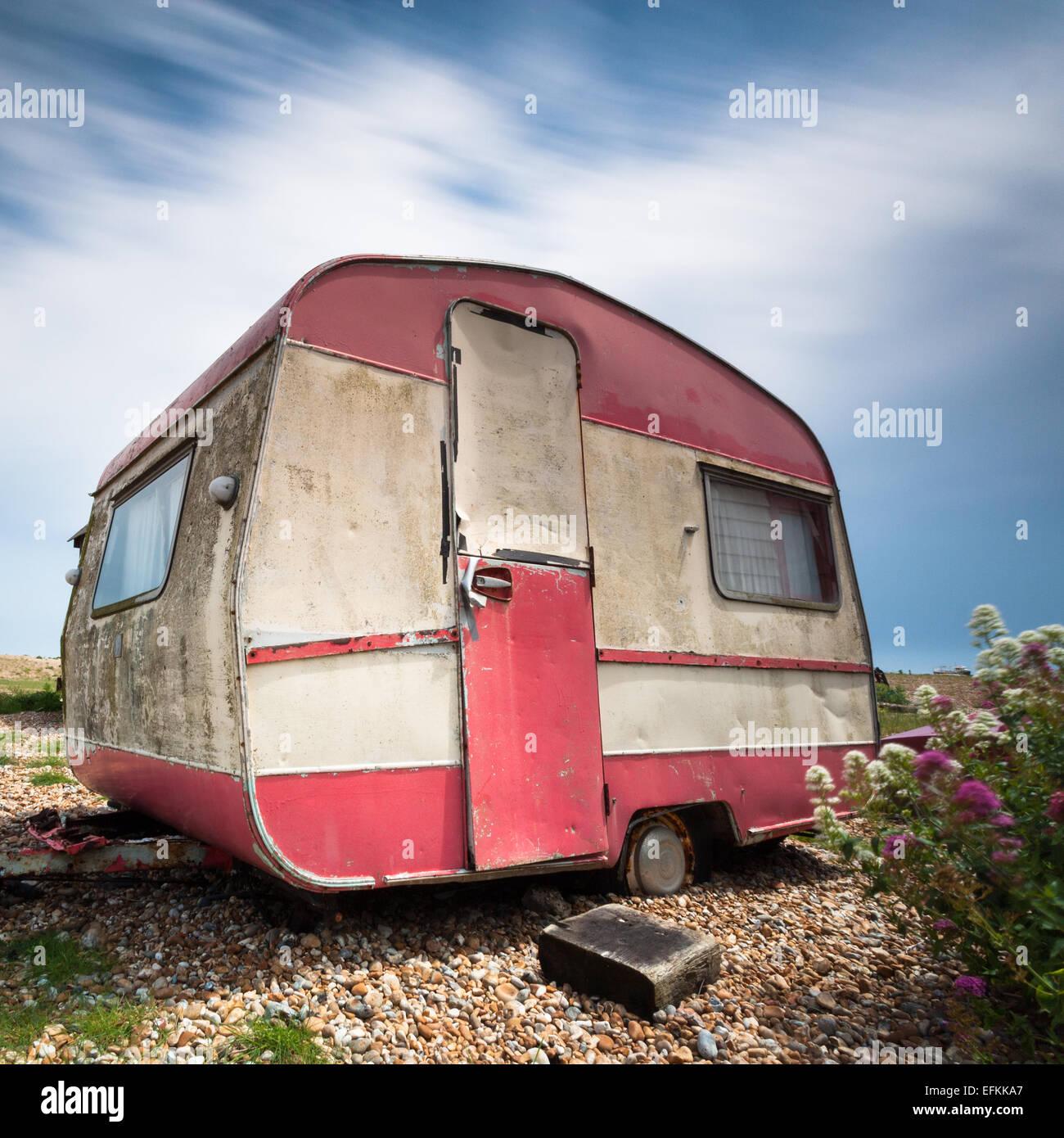 La fotografía de formato cuadrado de una vieja caravana en la playa de guijarros en Dungeness en Kent Foto de stock