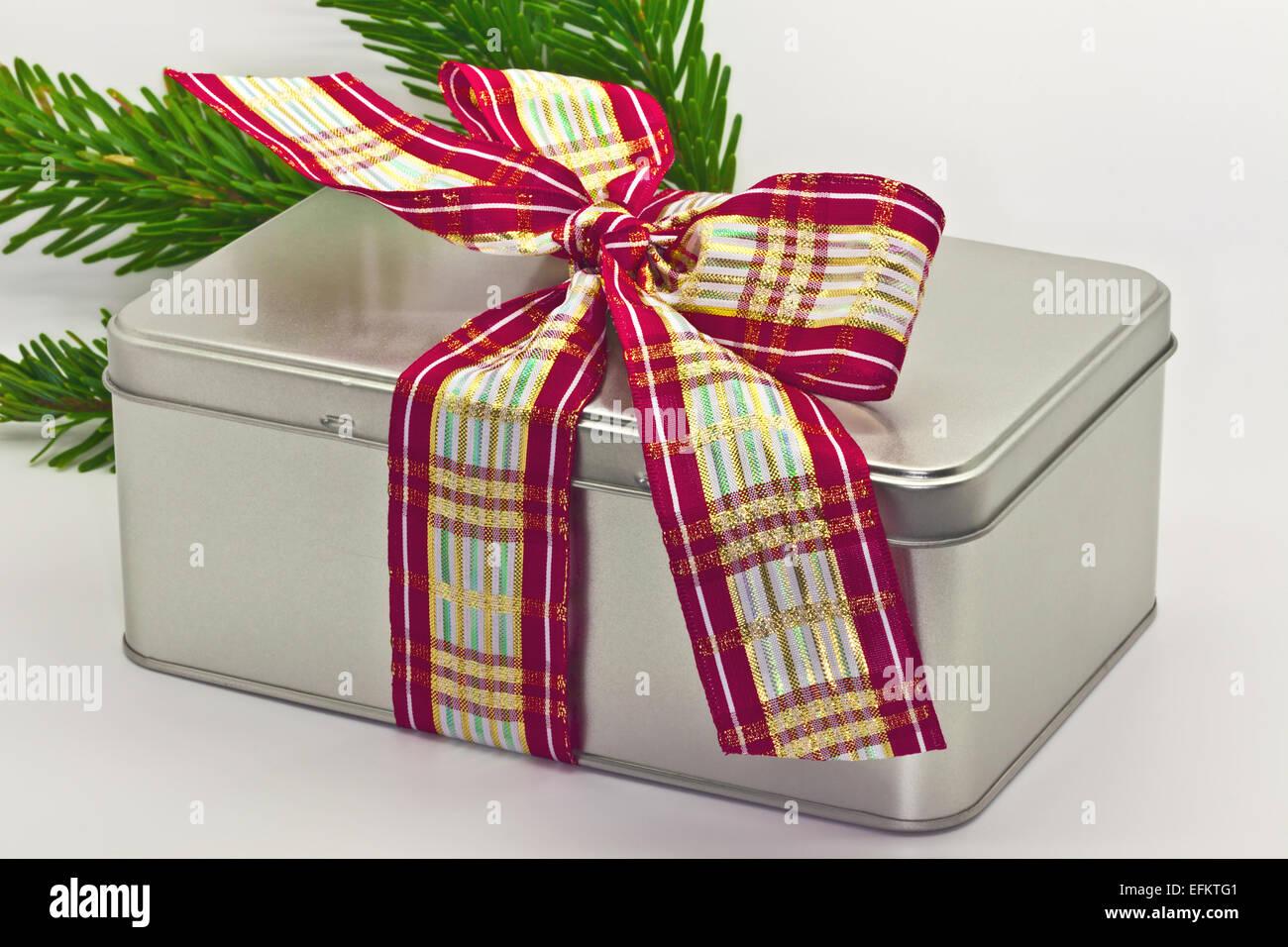 Estaño festiva caja de regalo con cinta ancha de proa. Imagen De Stock
