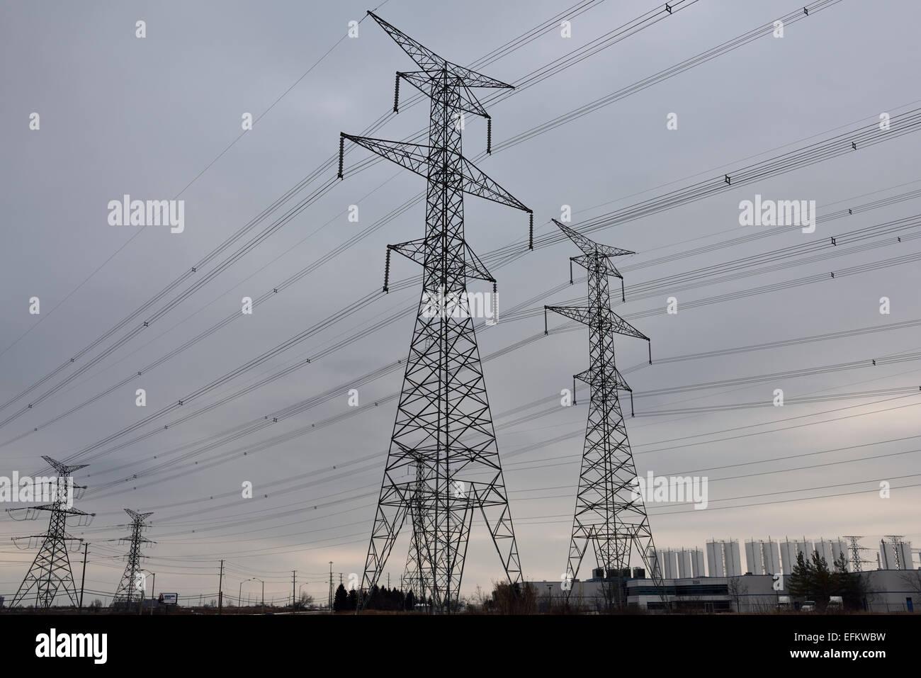 Hydro torres de alta tensión y líneas de energía eléctrica de un parque industrial con el cielo Imagen De Stock