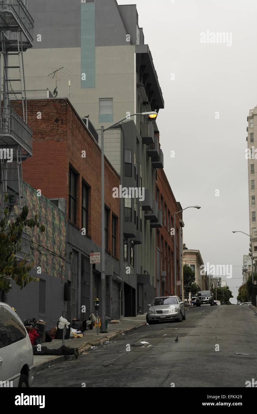 Cielo gris madrugada edificios retrato de persona sin hogar mentir acera  con casos 5dc704cb47c