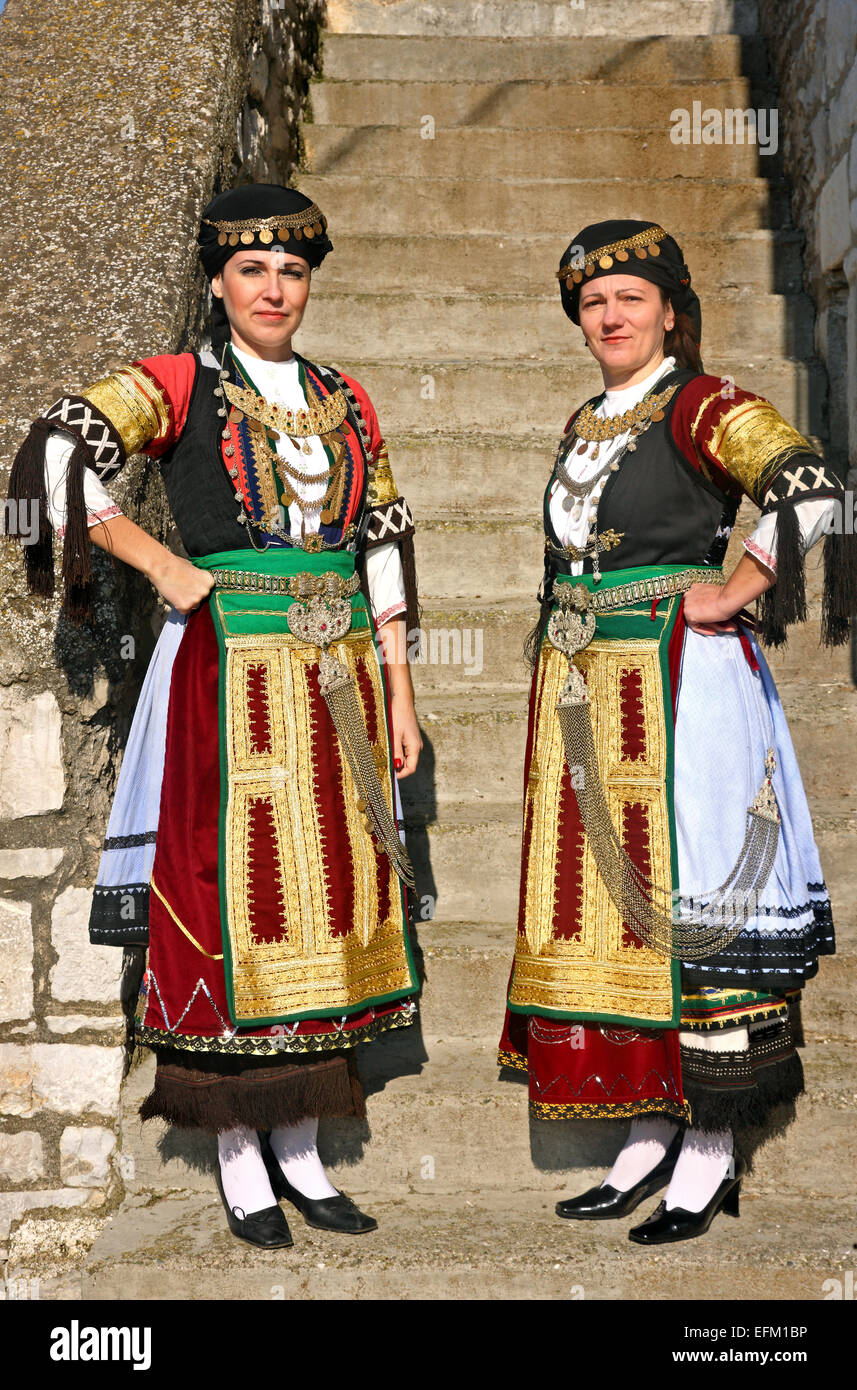 """Orgullosa """"Karagounes' (singular """"Palamas Karagouna') de la ciudad, ataviados con sus trajes tradicionales. Imagen De Stock"""