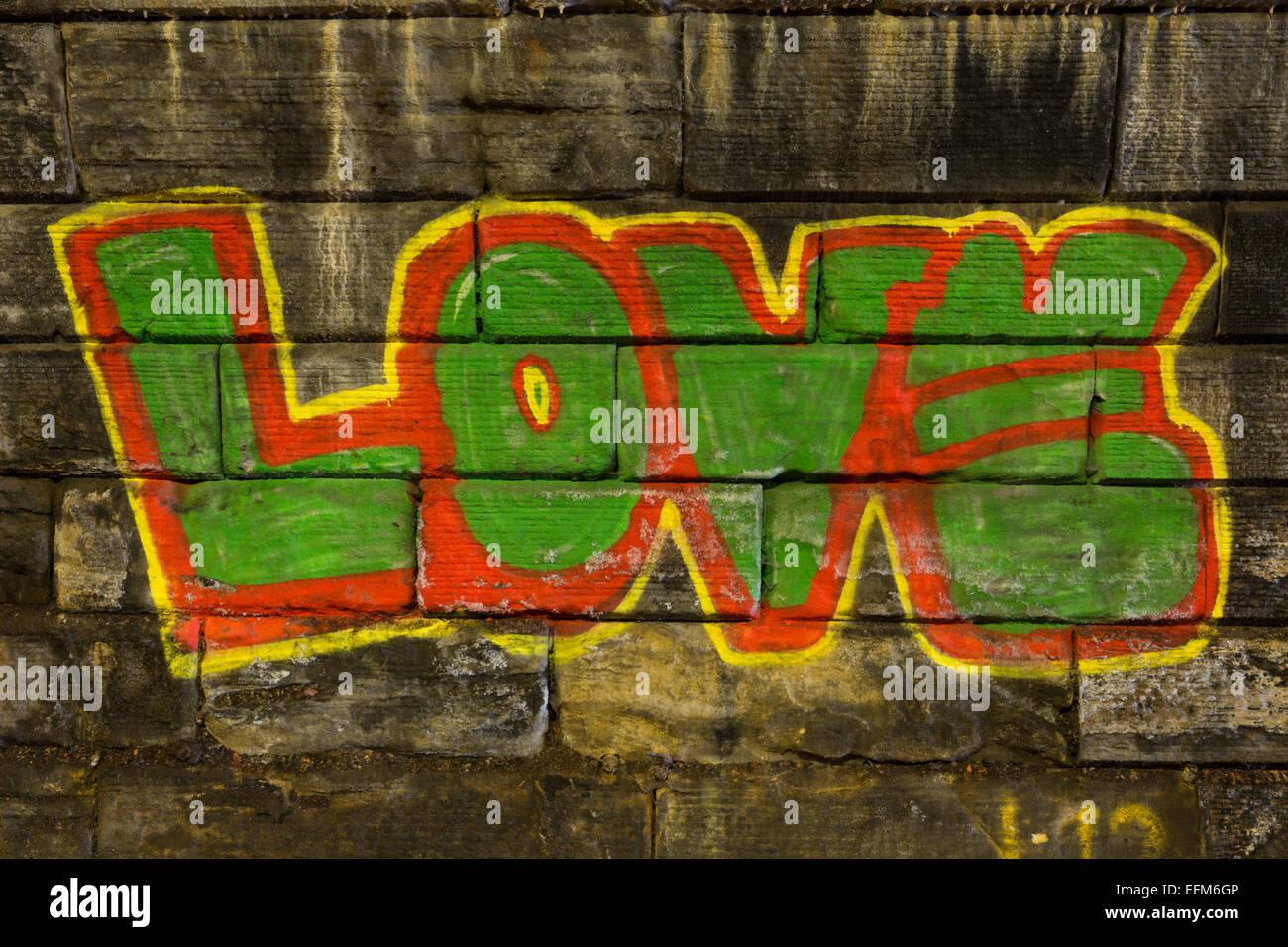 Graffiti en el muro de la calle rodney túnel en edimburgo con la palabra amor en rojo verde y amarillo