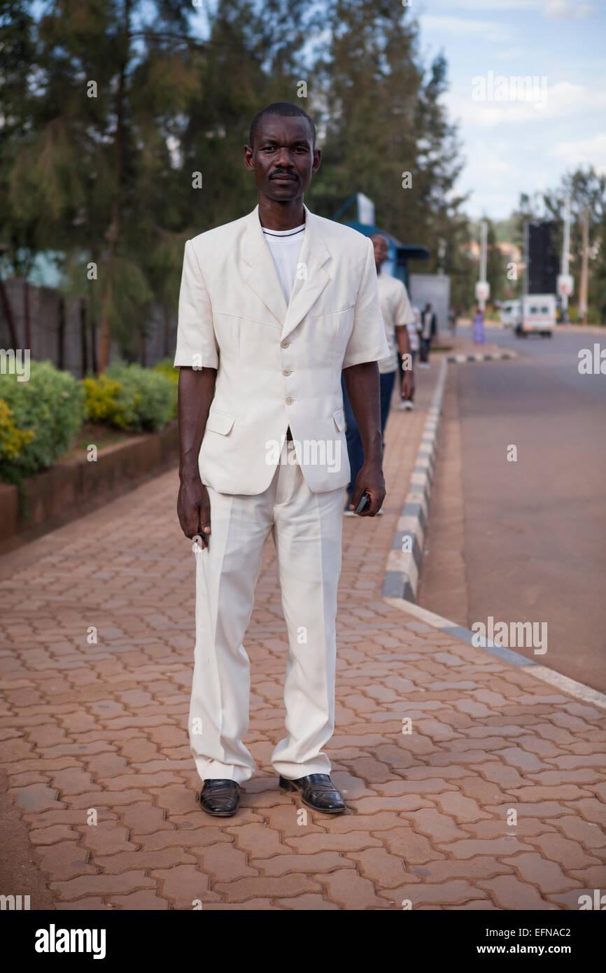 Hombre vestido con traje de manga corta, Kigali, Ruanda Imagen De Stock