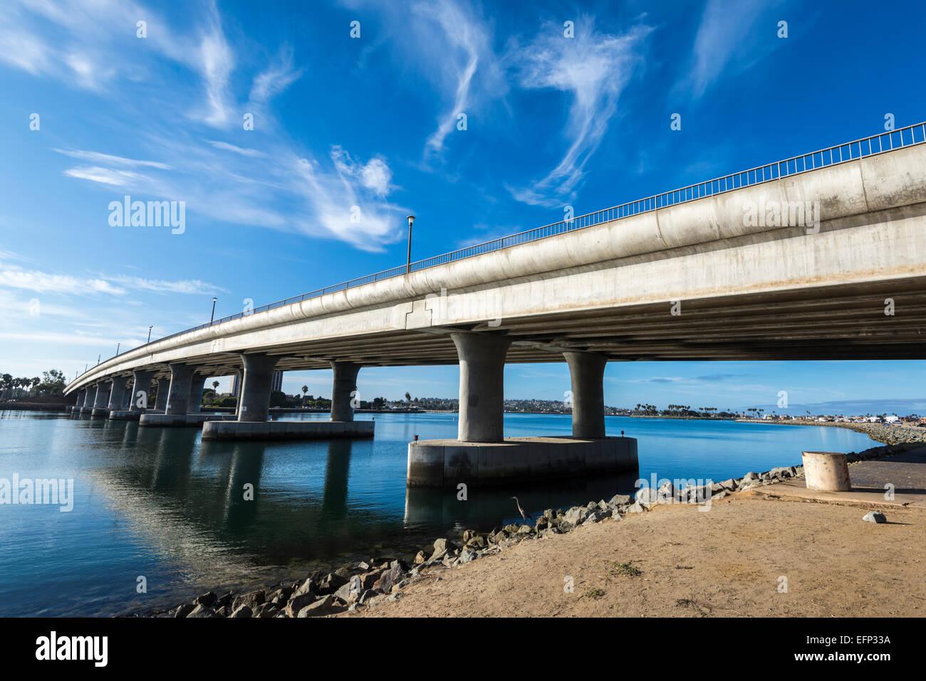 Nubes sobre el puente West Mission Bay Drive. San Diego, California, Estados Unidos. Foto de stock