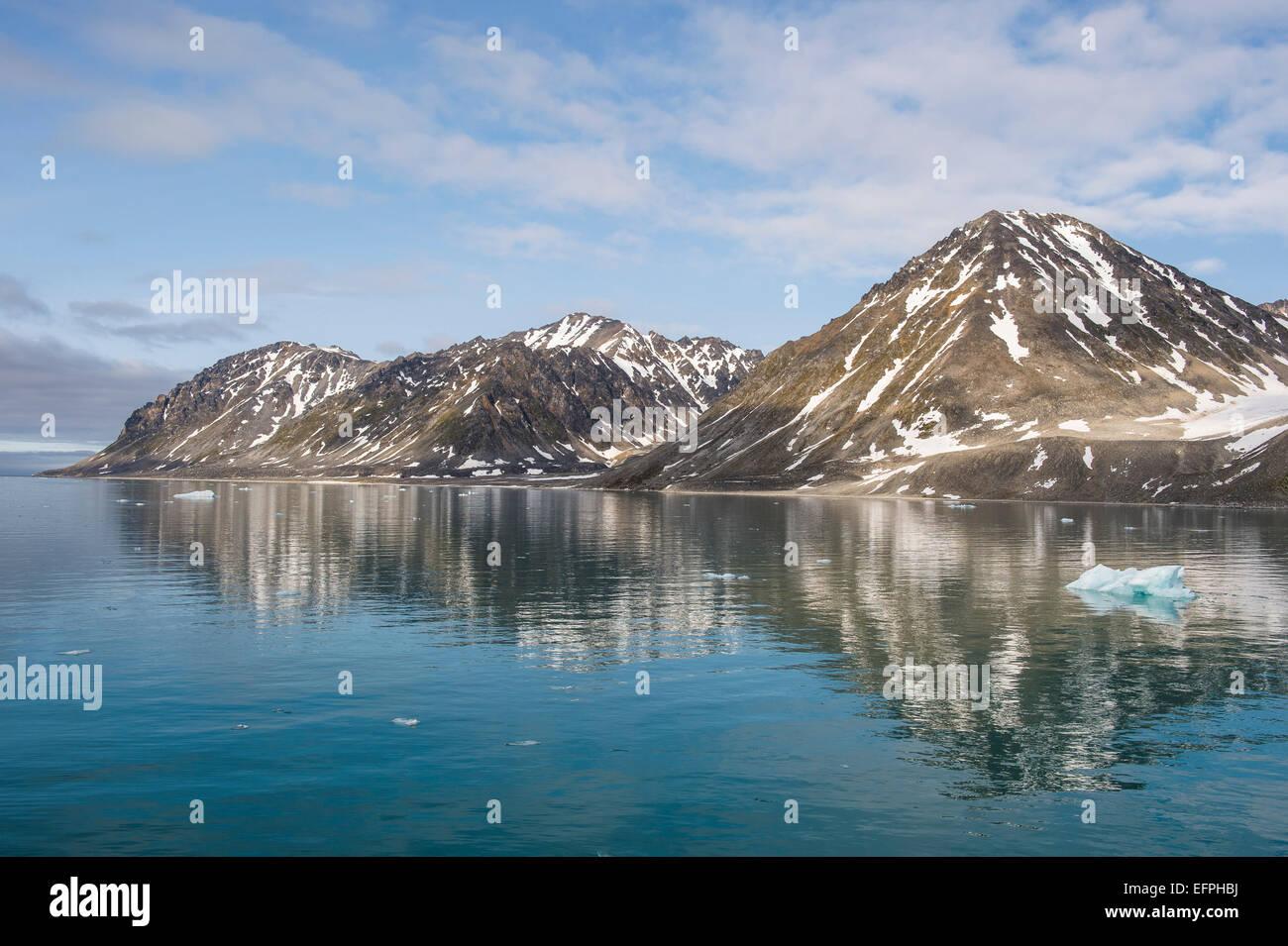 Las montañas reflejando en el agua en el Fiordo Magdalenen, Svalbard, ártico, Noruega, Escandinavia, Europa Imagen De Stock