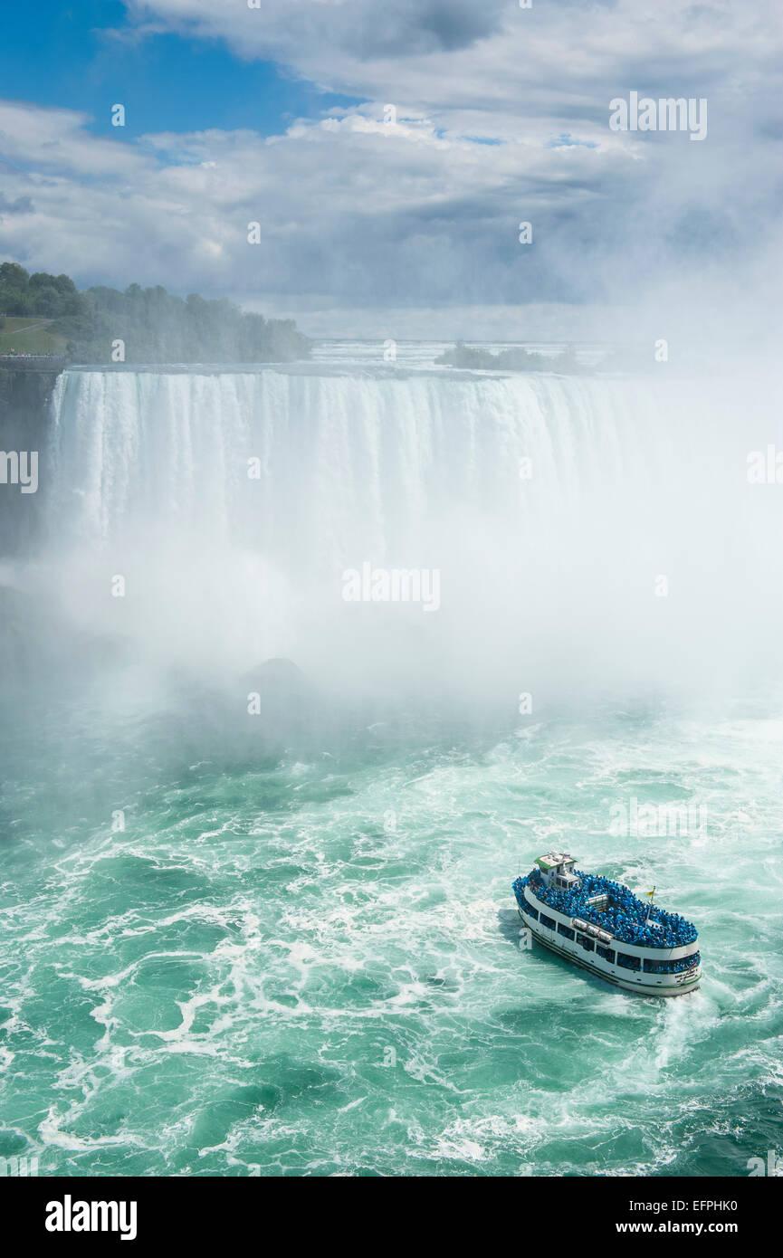 Barco turístico en la neblina de la Horseshoe Falls o cataratas canadienses, Niagara Falls, Ontario, Canadá Foto de stock
