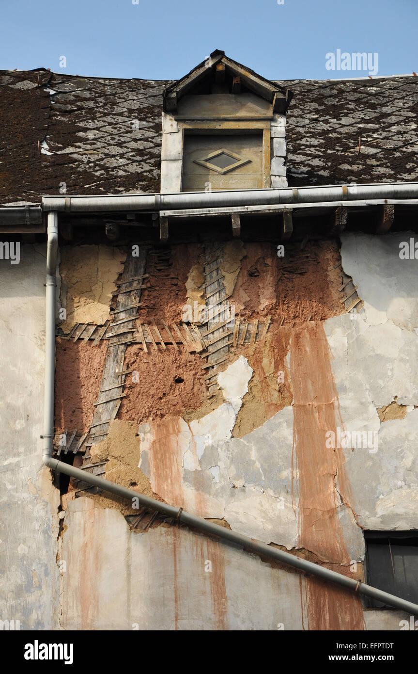 Casa de madera abandonada. Marco visual y arcilla bajo el yeso ...
