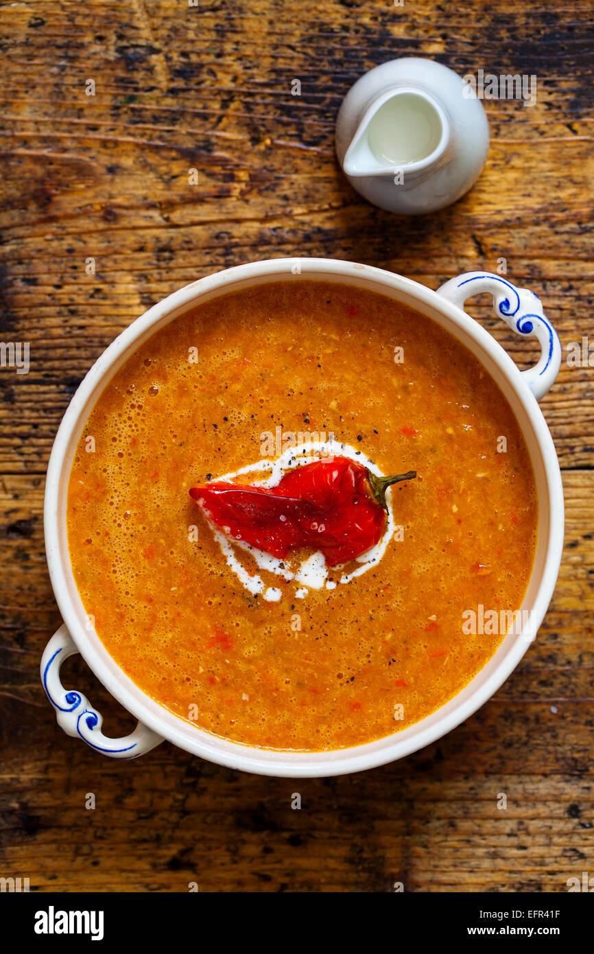 Sopa de tomate y pimiento asado Foto de stock