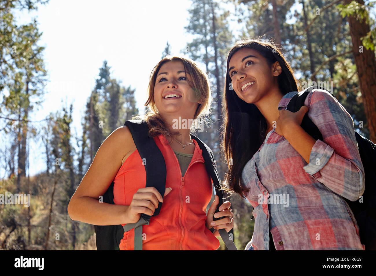 Dos hembras adultas jóvenes senderismo en el bosque, Los Ángeles, California, Estados Unidos. Imagen De Stock