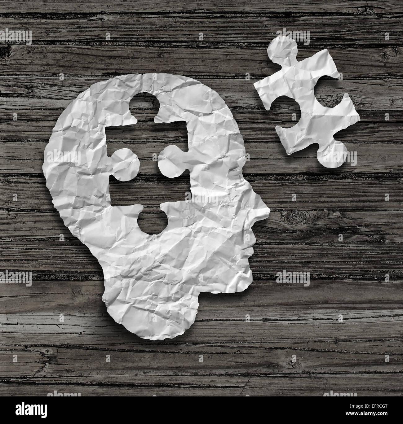 Cabeza de puzzles cerebro concepto como un rostro humano de perfil arrugado hechas de papel blanco con una pieza Imagen De Stock