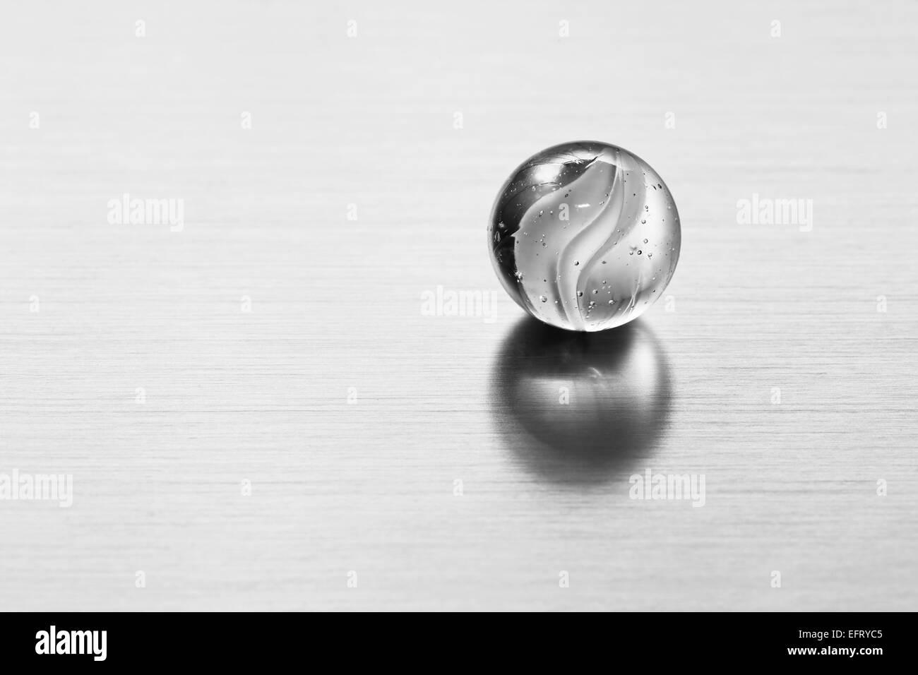 Bola de cristal transparente sobre la superficie metálica. Fondo moderno conceptual para sciene, tecnología, Imagen De Stock