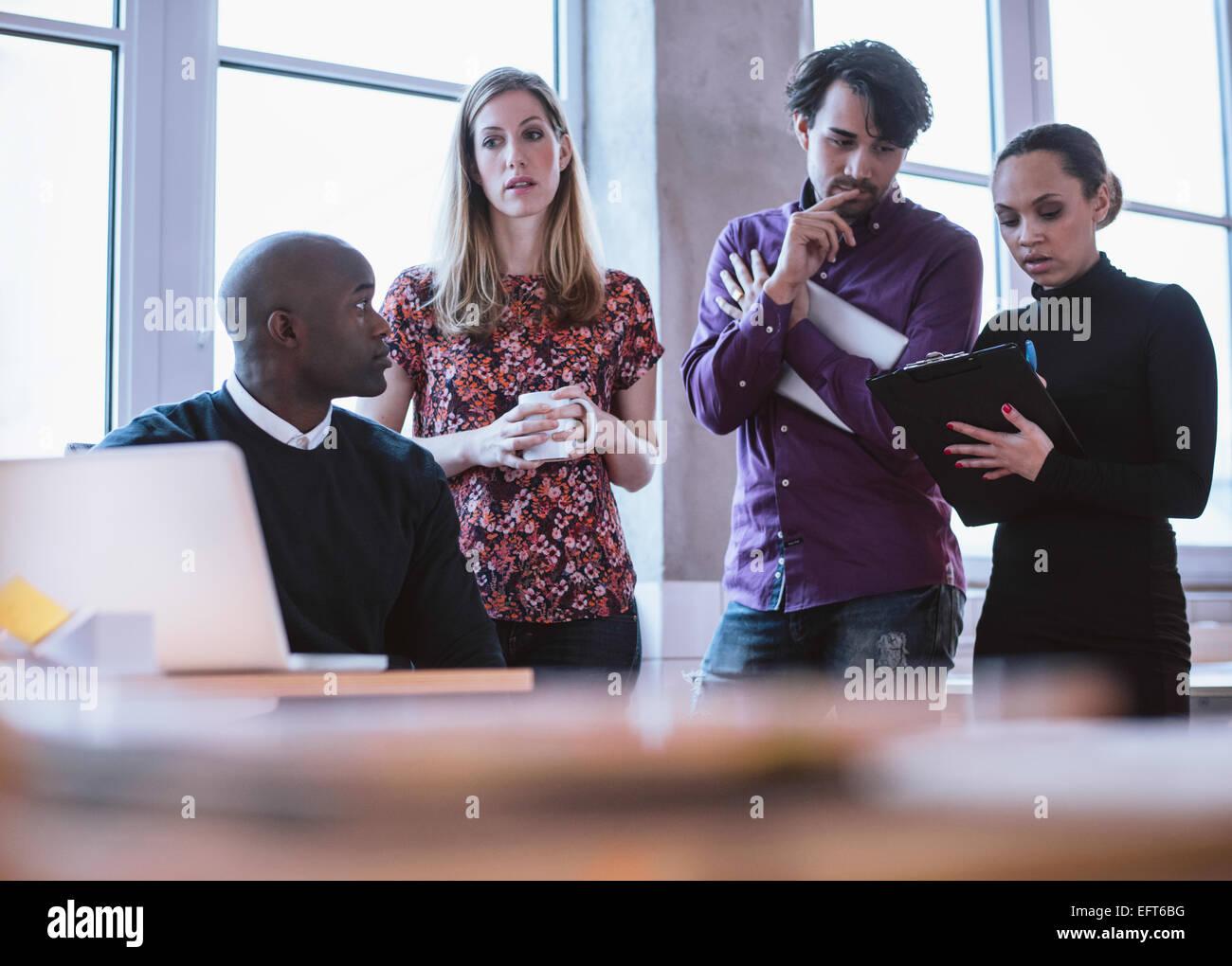 Grupo multiétnico de ejecutivos que trabajan en un proyecto. Gente de negocios análisis estadística. Imagen De Stock