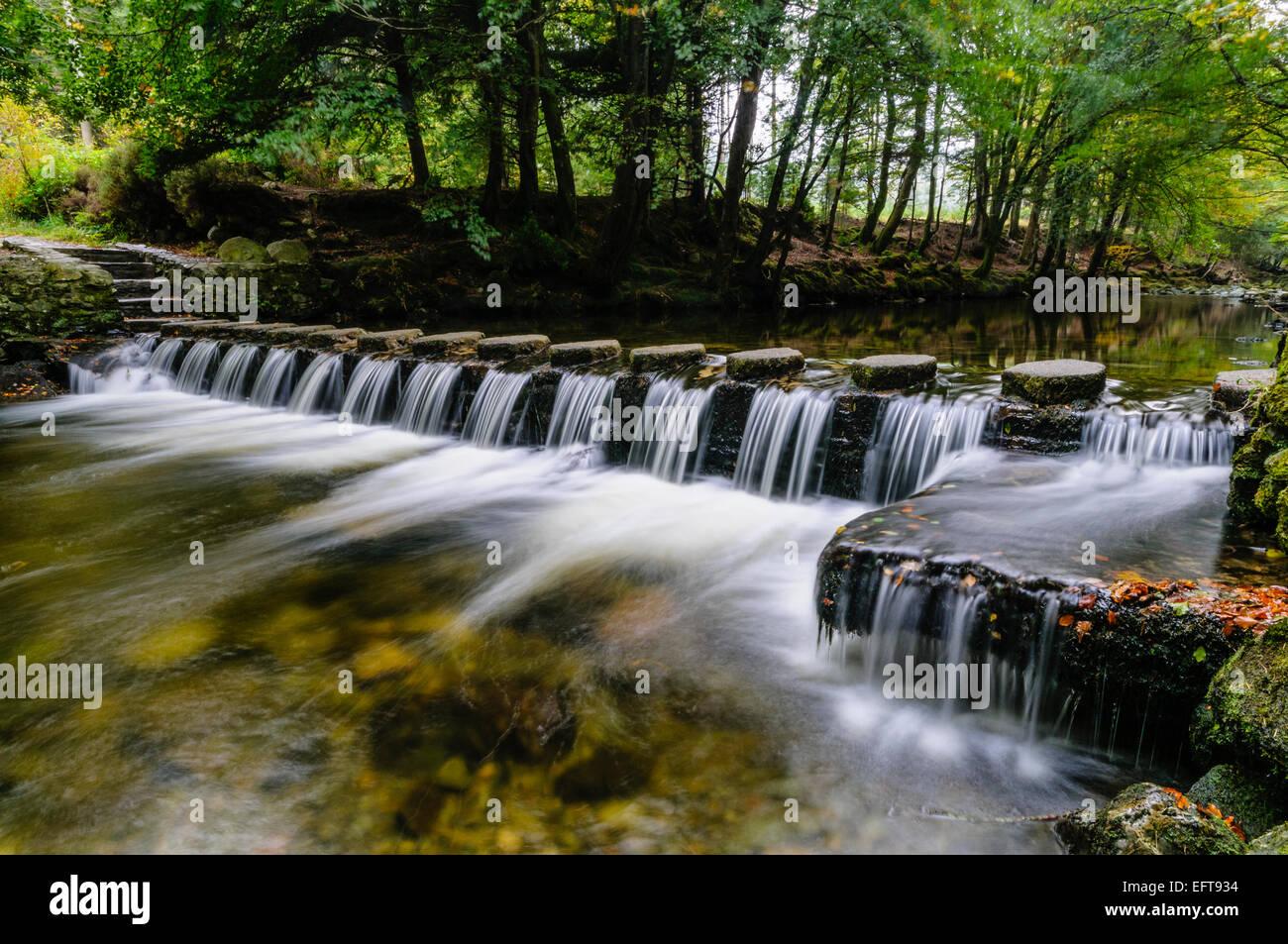 Durante el Shimna Stepping Stones River, Newcastle, las montañas de Mourne, Irlanda del Norte, que consistió en una serie de escenas de Juego de Tronos Foto de stock
