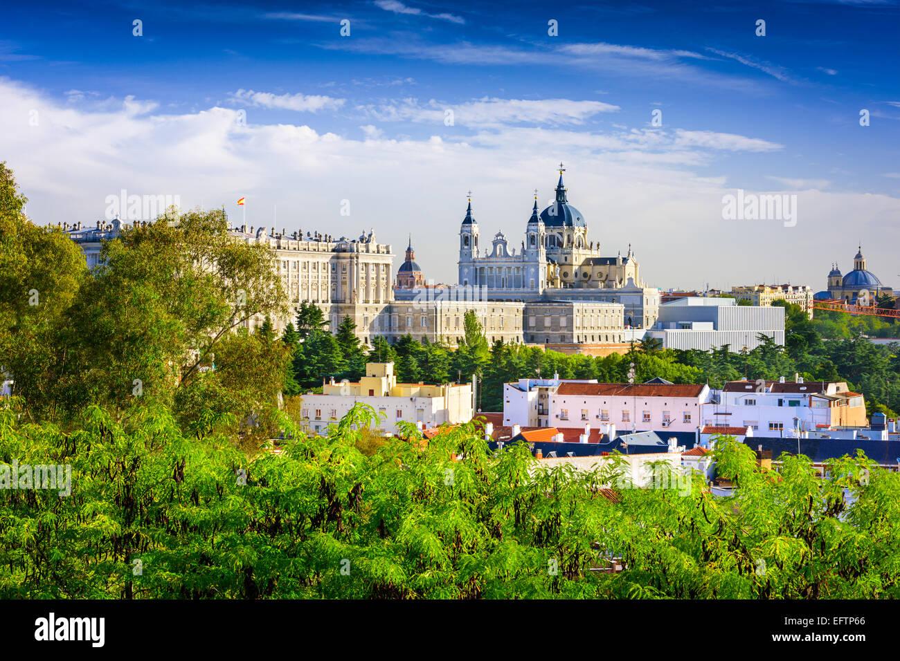 Madrid, España skyline en Santa María la Real de La Catedral de La Almudena y el Palacio Real. Imagen De Stock