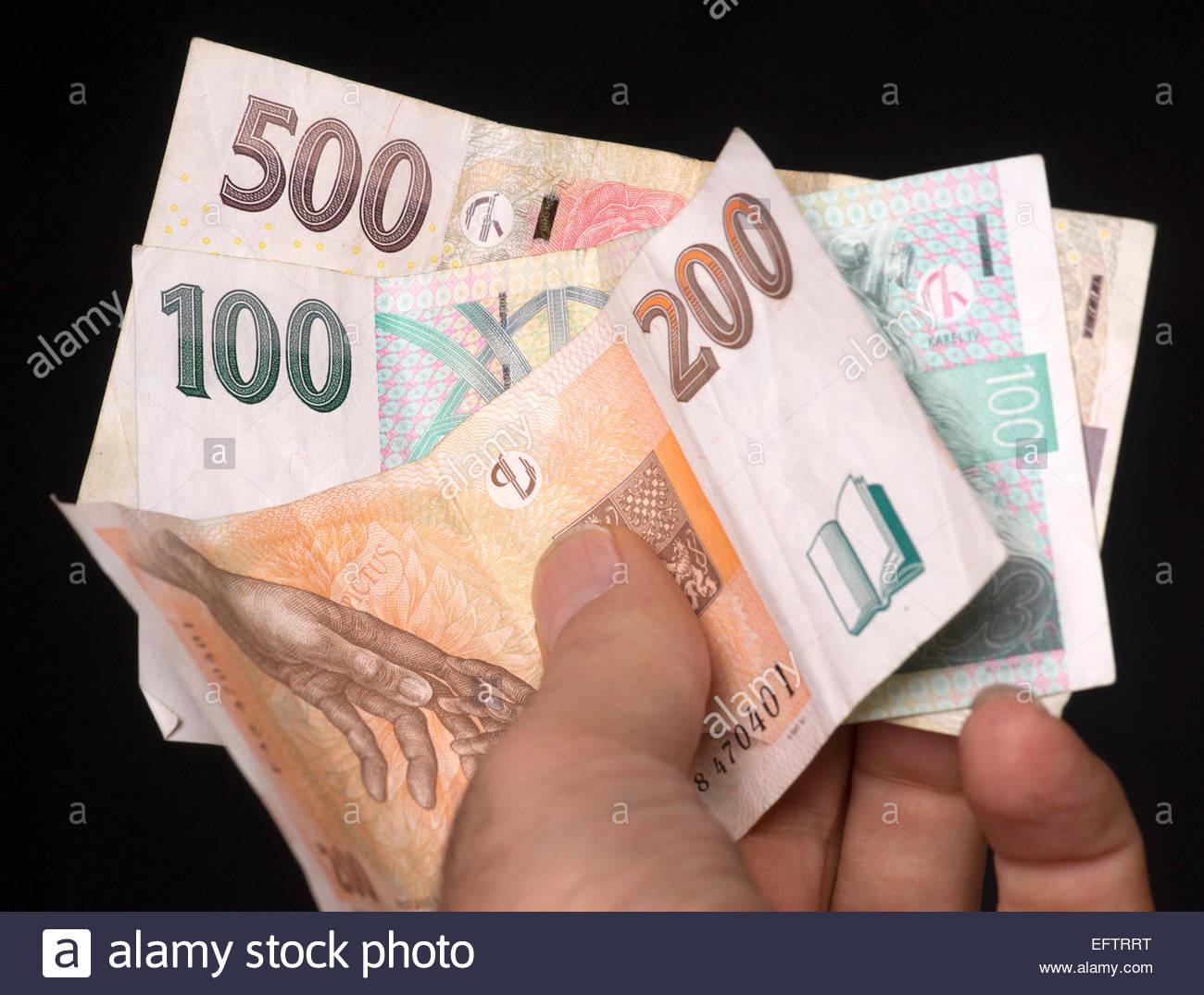 Praga República Checa Dinero Corona Checa En La Mano Del Hombre Gente 2015 Cambio áspero 25 Corona Checa Por Euro Fotografía De Stock Alamy